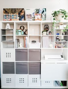 Cube Ikea, Ikea Handwerksraum, Ikea Kallax Desk, Kallax Shelf, Ikea Craft Room, Small Craft Rooms, Small Spare Room Storage Ideas, Craft Cupboard, Cupboard Storage