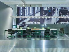 Bureau Metallique 復舊流行書桌簡潔復古,仿照 Jean Prouve 工作室原型家具,由荷蘭時裝品牌 G-STAR RAW 重新復刻的單人式閱讀工作桌。    單純實用的三層抽屜櫃,服貼在工業風格的綠色金屬桌腳。光滑細緻且抗磨損的美耐皿桌板,隱藏著符合現代 3C 科技需求的電源纜線溝槽。Prouve RAW 將工作桌的複雜設計減到最低,只留下必要的收納功能和簡約不退流行的外型。    建議搭配同系列的 Fauteuil Direction Pivotant 復舊流行辦公椅,或是設計雙人組 Barber Osgerby 的 Tip Ton 傾身細椅也很合適(記得選仙人掌綠色)。    想知道更多 Prouve RAW 的設計故事?請按此 本商品為預購商品,預計 2015 年 10 月底到貨,詳情歡迎來電客服專線(02)8772-6060 分機 9