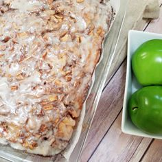 10 minutes Esay Cacke : Apple Cinnamon Roll Cake by Rumbly in my Tumbly Healthy Apple Desserts, Apple Dessert Recipes, Apple Recipes, Baking Recipes, Apple Deserts, Drink Recipes, Delicious Desserts, Yummy Food, Apple Cinnamon Cake