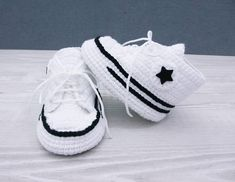 Crochet baby shoes Baby sneakers Baby booties The pattern is so adorable and comfort, durability. It is suitable from newborn to the baby within the first year. The sole is made of wool felt! SIZE BOOTIES * Newborn: 3 * * 4 * months: Please include t Crochet Baby Sandals, Crochet Shoes, Crochet Baby Booties, Love Crochet, Crochet Gifts, White Baby Shoes, Baby Girl Shoes, Baby Boy, Crochet Baby Blanket Beginner