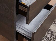 De aluminium greeplijsten van de Roma garanderen een moderne woonstijl in de badkamer. Doordat de onderste lade hoger is dan de bovenste wordt er veel praktische opbergruimte gecreëerd; kleine artikelen bovenin, en grote artikelen – zoals een stapel handdoeken – onderin.