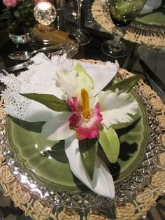 Get inspired by this honorary Mother's Day tablescape Dinner Sets, Dinner Table, Dresser La Table, Dressing Your Table, Green Table, Beautiful Table Settings, Napkin Folding, Deco Table, Decorative Items