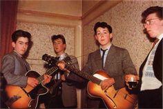 Paul McCartney conheceu George Harrison em meadosde 1957 no ônibus de sua escola, o Liverpool Institutee ficou impressionado com a destreza e a habilidade do novoamigo na guitarra. Mais que depr…