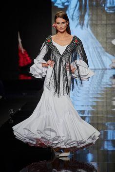 trajes-de-flamenca-blanco-1 Cover Up, Flamenco Dresses, Inspiration, Beauty, Fashion, Amazing Dresses, Fashion Inspiration, Sevilla, White People
