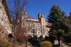 The Story Behind This Haunted Hotel In Colorado Is Truly Creepy