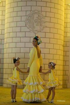 Uffff! Flamenco Party, Flamenco Dancers, Flamenco Dresses, Mother Daughter Fashion, Mom Daughter, Girl Fashion, Womens Fashion, White Wedding Dresses, Belle Photo