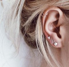 Trending Ear Piercing ideas for women. Ear Piercing Ideas and Piercing Unique Ear. Ear piercings can make you look totally different from the rest. Innenohr Piercing, Cute Ear Piercings, Esr Piercings, Ear Piercings Cartilage, Three Ear Piercings, Double Cartilage Piercing, Women Piercings, Ear Piercing For Women, Cartilage Earrings