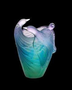 """De Lalique...  Dentro de una de las colecciones 2010:     Jarrones """"Oiseau de Paradis"""", de varios colores y en edición numerada.   Muy propia para coleccionistas."""