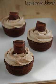 Cupcakes au Kinder Bueno – La cuisine de Déborah Cupcakes at Kinder Bueno. A delicious chocolate cupcake topped with a Kinder Bueno ganache, a real slaughter, impossible to resist ! Köstliche Desserts, Delicious Desserts, Yummy Food, Healthy Desserts, Cupcake Recipes, Cupcake Cakes, Dessert Recipes, Mini Cupcakes, Chocolate Hazelnut Cake