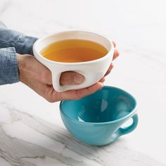 Hoe kun je het drinken van thee of een kopje koffie nog leuker maken? Die vraag moeten de makers van deze briljante mokken en kopjes zich vast hebben afgev