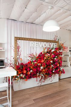 Revolve is taking things in a more personal direction by opening its first beauty pop-up store. Stage Decorations, Flower Decorations, Wedding Decorations, Deco Floral, Floral Design, Visual Merchandising Displays, Retail Displays, Shop Displays, Window Displays