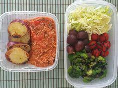 Marmita saudável: batata doce cozida e grelhada, molho de carne moída ligth, tomate, cebola e manjericão. Salada de brócolis e tomate cereja com creme balsâmico, uva rubi e alface americana.