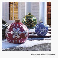 tuin decoratie, grote kerstbal gemaakt van fitness bal van de Action