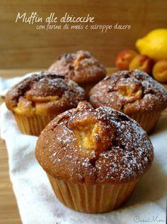 I muffin alle albicocche con farina di mais e sciroppo d'acero sono dei dolcetti soffici e originali preparati con tre tipi di farina e sciroppo d'acero