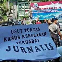 Puluhan jurnalis Bali dari Aliansi Jurnalis Independen (AJI) dan Ikatan Jurnalis Televisi Indonesia (IJTI) aksi solidaritas tadi pagi di bunderan Catur Muka. Menuntut penegakan hukum kasus pemukulan dan perampasan alat kerja oleh tentara di Medan dan Madiun.  Kedua jurnalis sedang meliput soal aksi protes warga ttg sengketa tanah menurut Komnas HAM ada 20 korban luka termasuk 2 wartawan (15 Agust di Medan). Terakhir pemukulan warga oleh sejumlah anggota TNI yang direkam jurnalis NetTV di…