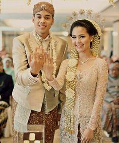 17 Best images about Traditional Wedding Gown from Vera Kebaya, Batik Kebaya, Kebaya Dress, Kebaya Brokat, Kebaya Wedding, Muslimah Wedding Dress, Javanese Wedding, Indonesian Wedding, Wedding Attire