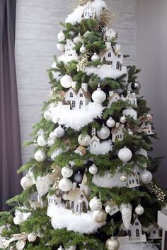 christmas tree creativos Snow White Christmas Decorations For Pure Perfection - Rose Gold Christmas Decorations, Pretty Christmas Trees, Gold Christmas Tree, Christmas Tree Themes, Christmas Villages, Christmas Home, Christmas Wreaths, Christmas Crafts, Vintage Christmas