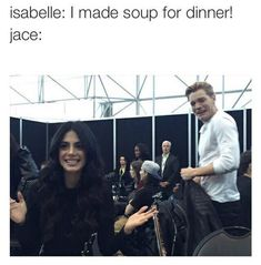 ( ^o^ ) Shadowhunters // Isabelle Lightwood Cooking // Jace Herondale // Emeraude Toubia // Dom Sherwood Shadowhunters Clary And Jace, Alec And Jace, Clary Y Jace, Shadowhunters Tv Series, Jace Lightwood, Isabelle Lightwood, Clary Fray, Immortal Instruments, Mortal Instruments Books