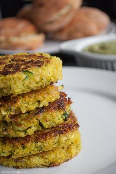 Quinoa/zuchini cakes, plus lots of quinoa recipes. Never had quinoa but i want to try this Healthy Cooking, Healthy Snacks, Healthy Eating, Cooking Recipes, Quinoa Zucchini, Zucchini Patties, Quinoa Food, Quinoa Salad, Vegetarian Recipes