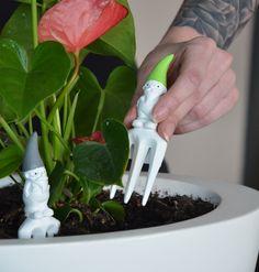 Dieser Gartenzwerg ist echt cool! Mit Hornbrille und Turnschuhen löst er den traditionellen Gartenzwerg ab und wird zur trendigen Deko für Deine Pflanzen | VALENTINO Wohnideen