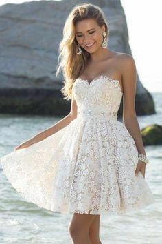 Une petite robe blanche qui convient pour l'été mais qui peut aussi s'adapter pour un mariage simple.