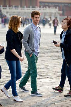 Comprar ropa de este look: https://lookastic.es/moda-hombre/looks/cardigan-gris-camisa-de-manga-larga-celeste-pantalon-chino-verde-oscuro-zapatillas-plimsoll-gris-oscuro/1823 — Cárdigan Gris — Camisa de Manga Larga de Cambray Celeste — Pantalón Chino Verde Oscuro — Zapatillas Plimsoll Gris Oscuro