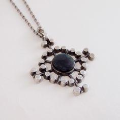 Jorma Laine for Kultateollisuus Ky Geometric design silver and spectrolite stone vintage chain necklace, Old Jewelry, Modern Jewelry, Pendant Jewelry, Vintage Jewelry, Pendant Necklace, Jewelry Stores, Jewelry Design, Pendants, Chain