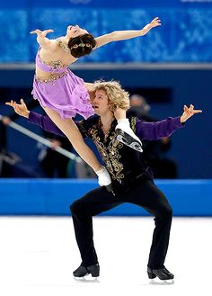 Meryl Davis and Charlie White won the first-ever gold medal for Team USA in Ice Dancing at the 2014 Winter Olympics in Sochi on Feb. Baile Jazz, Foto Sport, Meryl Davis, Ice Skaters, Ice Dance, Qi Gong, Figure Skating Dresses, Ballroom Dancing, Team Usa