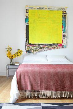 """La habitación - AD España, © Asier Rua """"La obra sobre la pared es de Carlos Copertone. La manta es de lana, de Mantecas, comprada en Lisboa. Las mesitas de noche son vintage, de los 70"""", nos comentan."""