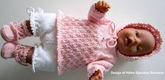 Projekt Saseline ~ Det er midt i april 2020 Knitting Dolls Clothes, Knitted Dolls, Doll Clothes Patterns, Doll Patterns, Baby Born Clothes, Pet Clothes, Barbie Clothes, Crochet Wreath, Dolly Doll