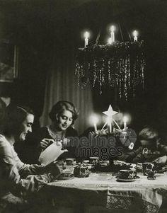 Weihnachten, 1930 Timeline Classics/Timeline Images #Christmas #Kerzen #Tannenbaum #Dekoration #Weihnachtsfeier #Heiligabend #ChristmasEve #Kaffee Timeline Images, Antique Christmas, Cabaret, Germany, Concert, Life, Weimar, Christmas, Candles
