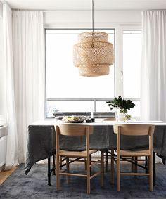 Gardiner: Ett bra tips när man ska ha gardiner är att montera gardinskenan i taket eller en skena som man fäster högst upp på väggen mot taket. Rummet får då mer volym och takhöjden känns högre. Gardiner gör ofta att det känns mer ombonat. Gardiner i linne har en fin struktur och ljuset silas genom tyget. Vill du ha en stramare look så är enkla rullgardiner ett säkert val. De finns också med linnestruktur.
