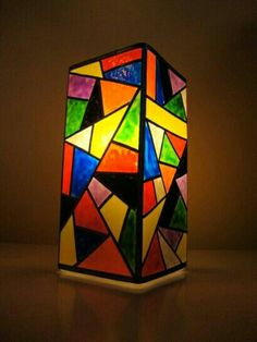 Lamp with puffy paint to look like stained glass. Stained Glass Lamp Shades, Stained Glass Angel, Painting Lamp Shades, Painting Lamps, Mosaic Glass, Glass Art, Garrafa Diy, Tiffany Art, Bottle Painting