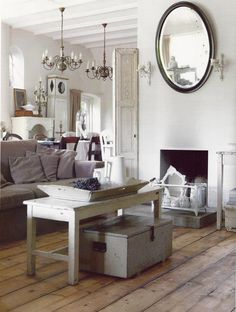 Mooie landelijke zitkamer met prachtig verweerde meubels. de brocante salontafel, oude kisten en de witte brocante keukentafel/ bijzettafel hebben een mooie doorleefde uitstraling. Kijk voor zulke sfeervolle oude meubels bij www.old-basics.nl (grote loods en uitgebreide webwinkel)