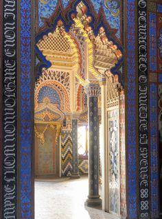 Castillo de Sammezzano en la Toscana, Italia. Para ilustrar la extravagancia, además de las imágenes también describen el palacio los nombres de sus salas: salón de los lirios, sala de los amantes, sala de las estalactitas, salón de los Espejos, y el salón de los pavos reales. El estilo morisco está presente con un espectacular colorido en cada una de sus salas.