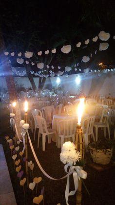 casamento de jardim, decoração com pompons e tochas