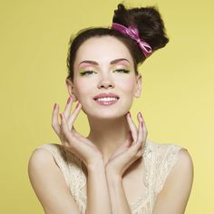 Pastel & Neón ♥  Durante la temporada primavera verano vuelven estas tendencias que el año pasado causaron furor. Combinadas, como en este lindo maquillaje de rosa pastel y verde neón, son una dupla sensacional.