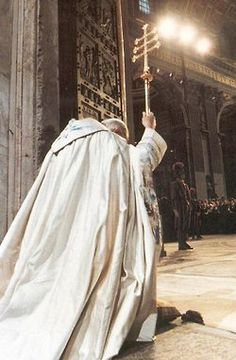 Blessed Pope John Paul II praying at the Holy Doors of the Basilica in Rome for the Great 2000 Jubilee. Catholic Priest, Catholic Saints, Roman Catholic, Catholic Churches, Divine Mercy Sunday, Papa Juan Pablo Ii, Year Of Mercy, Pope John Paul Ii, Papa Francisco