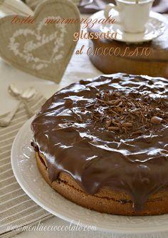Torta marmorizzata glassata al cioccolato