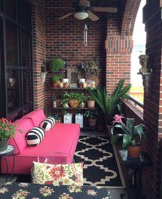Oser le rose pour la déco du balcon | My Blog Deco Small Porch Decorating, Apartment Balcony Decorating, Cozy Apartment, Apartment Balconies, Decorating Ideas, Decor Ideas, Apartment Plants, Small Balcony Design, Small Balcony Garden