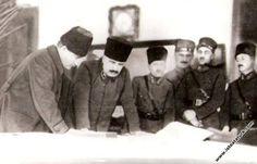 1924.02.15-İzmir Ordu Evinde Kurtuluş Savaşı komutanlarıyla Harp Oyunları'nın açılış toplantısında harita başında.