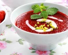 Soupe de fraises au miel, basilic et vinaigre balsamique : http://www.fourchette-et-bikini.fr/recettes/recettes-minceur/soupe-de-fraises-au-miel-basilic-et-vinaigre-balsamique.html