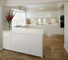 u-form küche weißes Schranksystem und helles Parkett