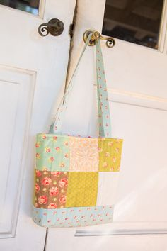 charm square patchwork sewing tutorial, free sewing pattern hand bag