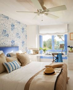 En el dormitorio Mobiliario de Knowhaus, papel de La Maison y colchas de Filocolore. El ventilador con iluminación es de Ona Light.…