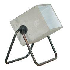 Lampenkap is van cement met een sealen buis frame Lichtbron: E27, max 75 watt Zwart snoer met aan/uit knop