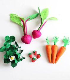 次にフェルトを使って野菜や果物を作ります。 イチゴは、葉っぱの部分にマジックテープをつけていちご狩りができるようになっています。 これを先ほど作った畑に植えたら完成!