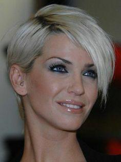 jolie femme aux yeux bleus, coupe courte dégradée femme aux cheveux courts