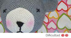 Esta labor les encantará a los pequeños de la casa. Pueden colocar el cojín oso en su cama y utilizarlo como peluche o mascota. ¿No te parece entrañable? VAS A NECESITAR: Lana Caricia Veleta COL Nº 061, (2 ovillos), Nº 042, (2 ovillos), Nº 581, (1 ovillo) Aguja ganchillo Nº 7. Aguja lanera. Marcador cuenta-puntos. [...]