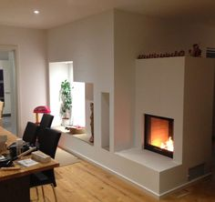 Durchsichtkamin der als Raumteiler fungiert mit Naturstein Feuerbank. #Durchsichtkamin #Tunnelkamin #Raumteiler #Heizkamin #moderner Heizkamin #Moderner Ofen #Fireplace #Holz #Feuer #Wärme #Ofenkunst www.Ofenkunst.de